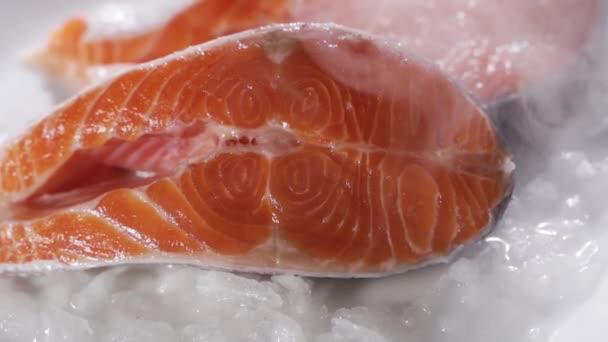 Lazac steak és lazac filé. A friss lazac steaket és filét jégre rakják.