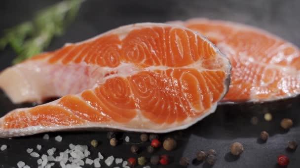 Friss nyers salFriss nyers jávorszarvas borssal, sóval, rozmaringgal és olívaolajjal.