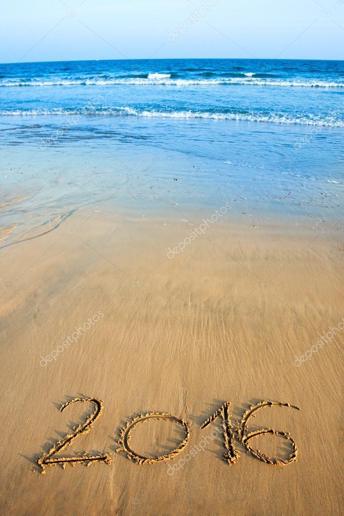 2016 escrito en arena de playa con mar de fondo foto de for Arena de playa precio
