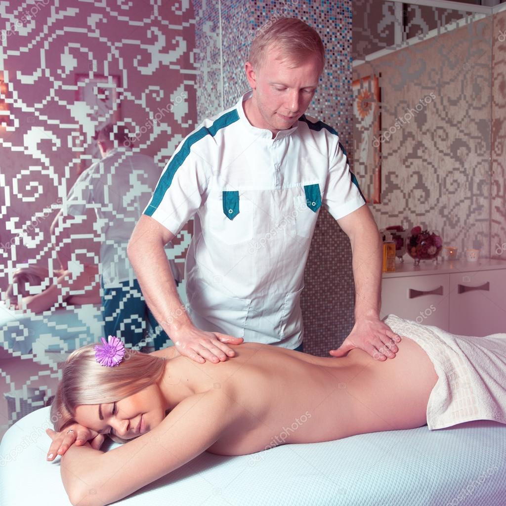 Старику делают массаж