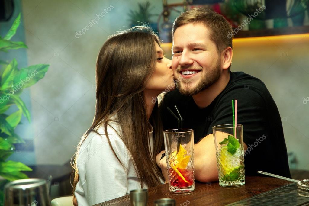 фото парень и девушка целуются щетина молодые