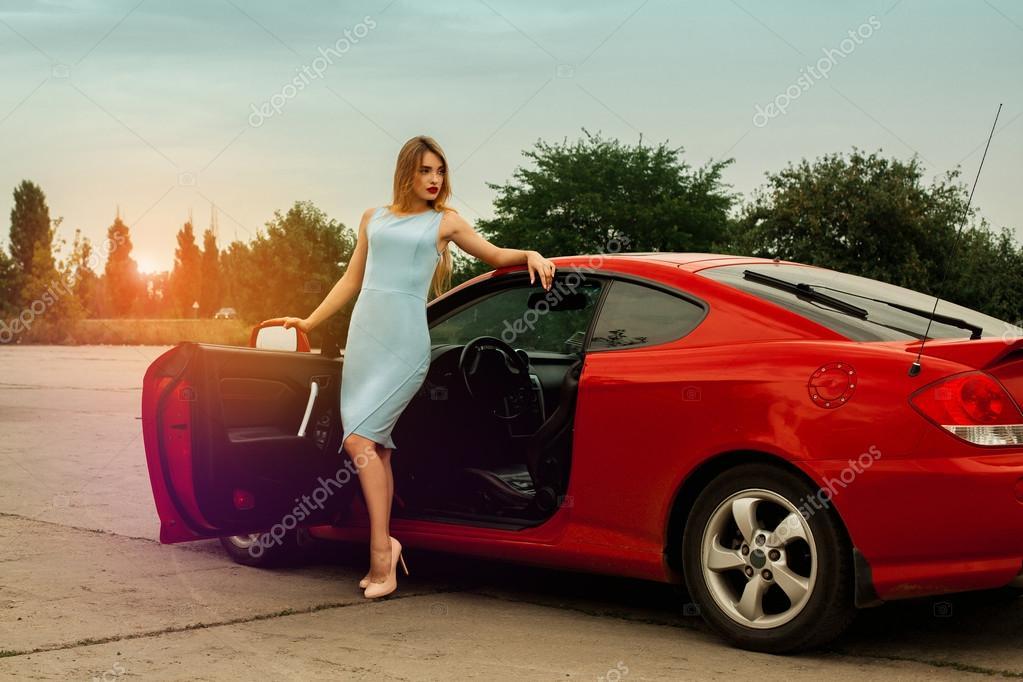 Kırmızı Araba Yakınındaki Yüksek Topuklar üzerinde Seksi Genç Bayan