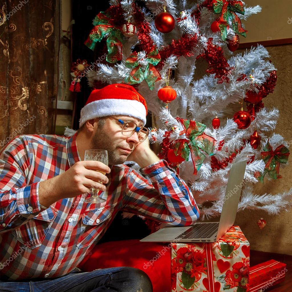 La Fête de Noël a-t-elle perdu son vrai sens ? Depositphotos_89986550-stock-photo-lonely-christmas-nerd-with-a