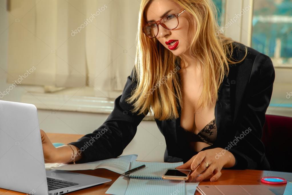 Mooie blonde secretaresse met grote tieten werken in een
