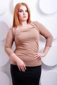 Plus velikost ženy v trendy oblečení