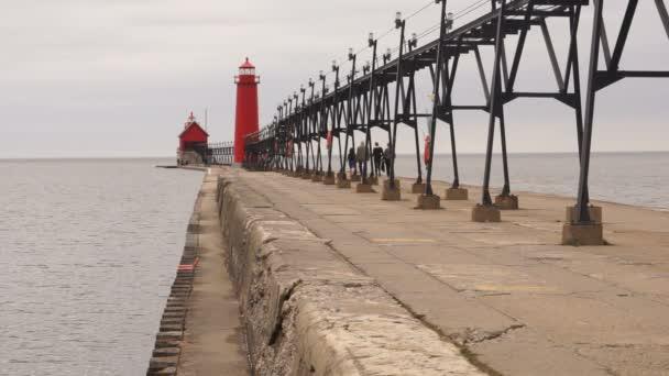 Turisté navštěvují duální majáky Grand Haven námořních značky jezero Michigan