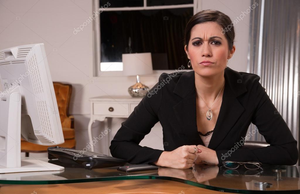 Bureau travailleur féminin business femme slams poing sur le