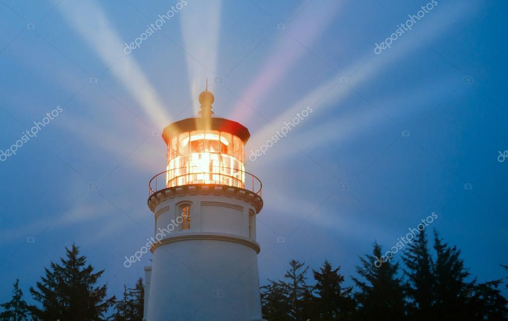 Vuurtoren balken verlichting in regen Storm maritieme nautische ...