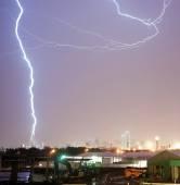 Thuderstorm produkuje Lightning Bolt údery pohled na most Calatrava Dal