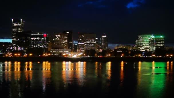 Éjszakai Willamette folyó Portland Oregon Waterfront City Skyline