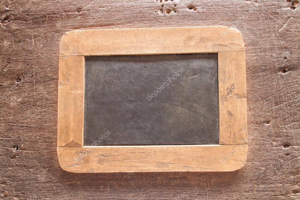 Pizarra marco madera sobre fondo de madera vieja. Estilo vintage ...