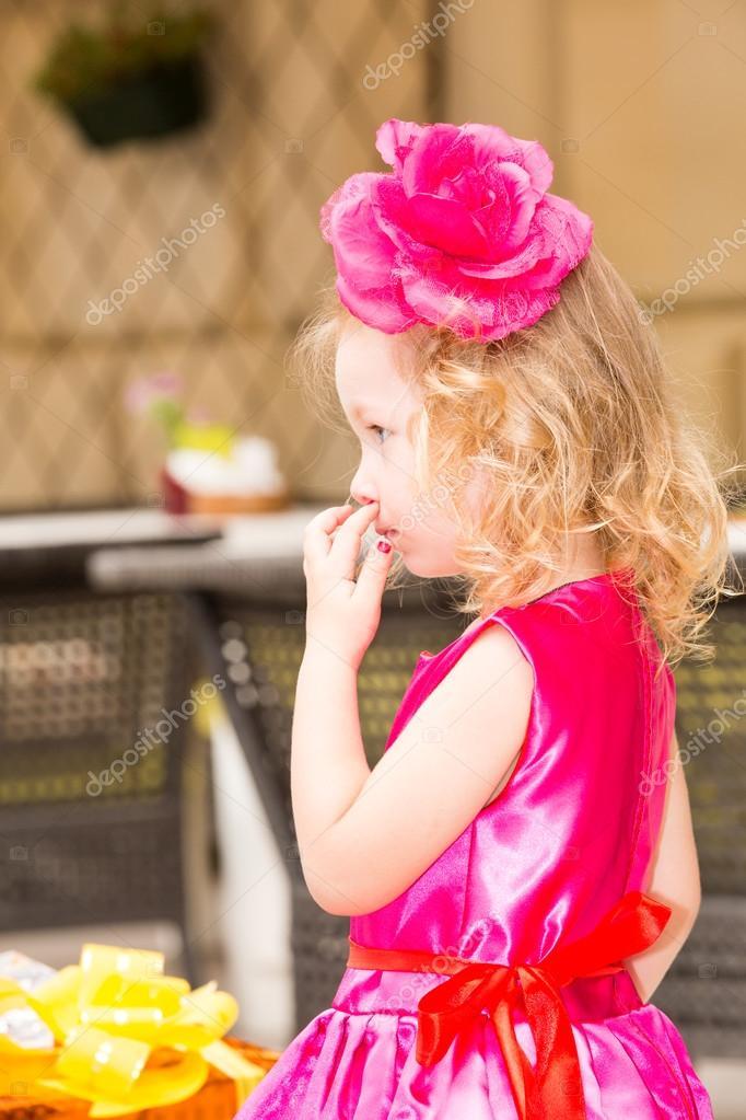 Schattig Meisje 3 Jaar Verjaardag Vieren Kind Dragen Bloem Hairband
