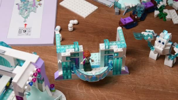 Batole dívka ruce hrát lego bloky detailní up