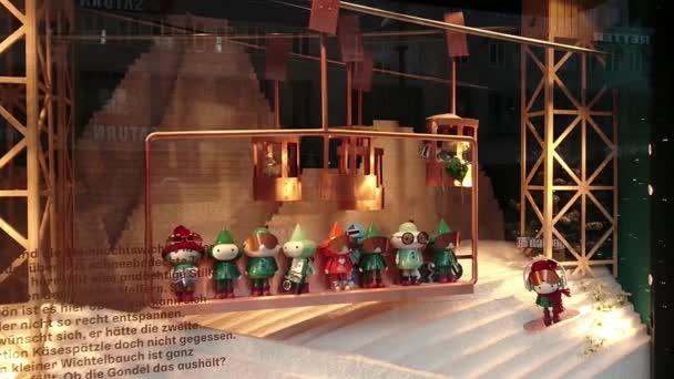 Kreative Einzelhandelsvitrine mit fahrbarem Skilift und Weihnachtszwergen