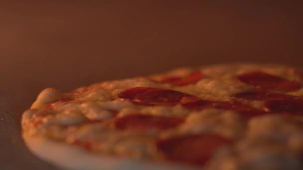 Vaření pizza v kamenné peci