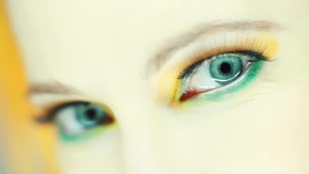 Schöne Frau Auge zumachen