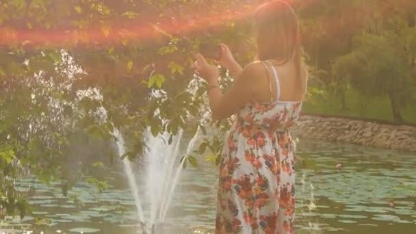 lány fog fénykép-tó-szökőkút