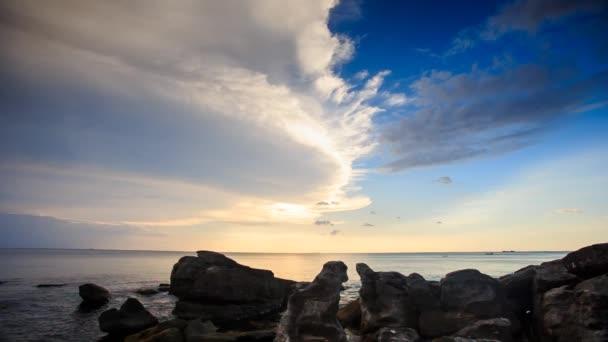 rocce vicino spiaggia al tramonto