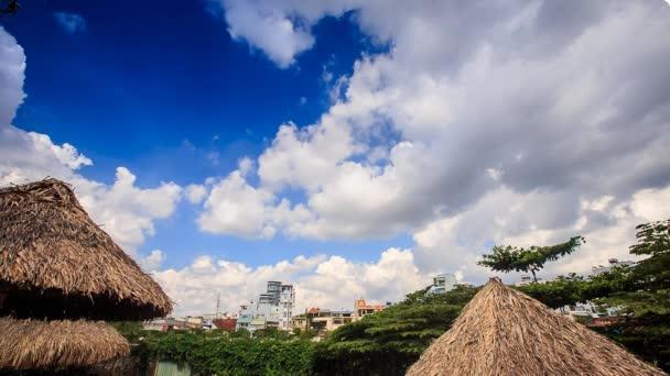 blauer Himmel über Vietnam-Stadt