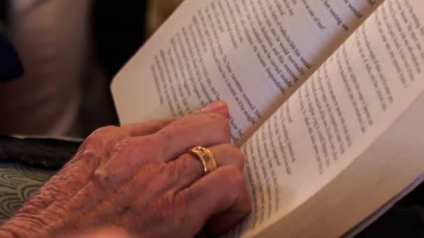 Hand der alten Frau