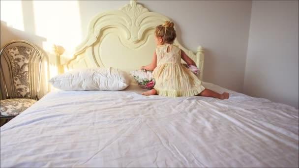 dívka staví polštáře