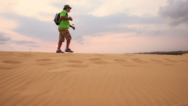férfi sétál végig dune címer