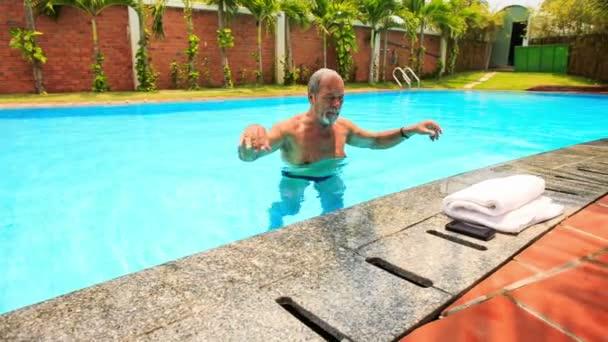 starý muž v bazénu