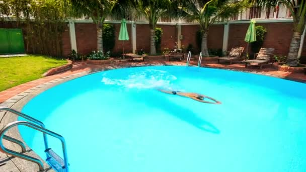 člověk plave v bazénu