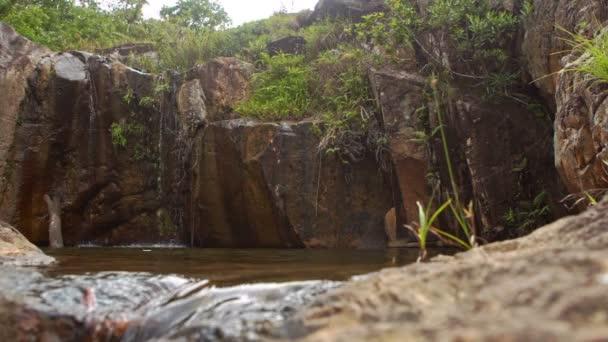 voda vytéká ze skalnatého vrcholu