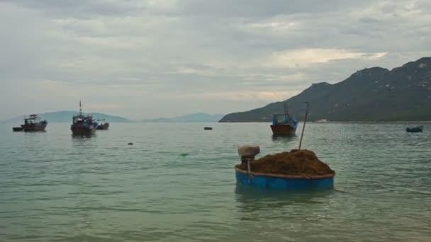 Vietnamesisches Boot voller Algen