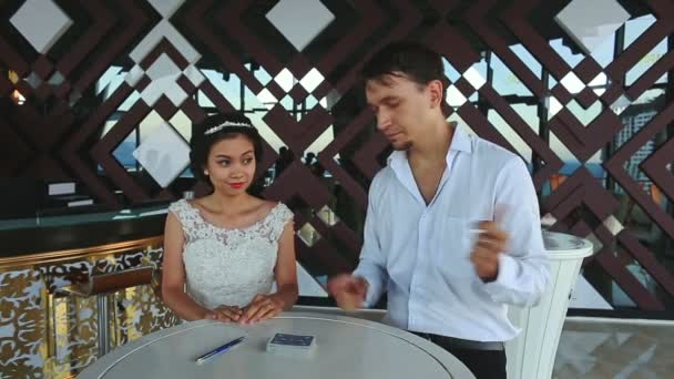Prestigiatore indovina segnata da sposa Card