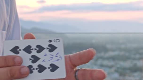 Hände drehen Karte um