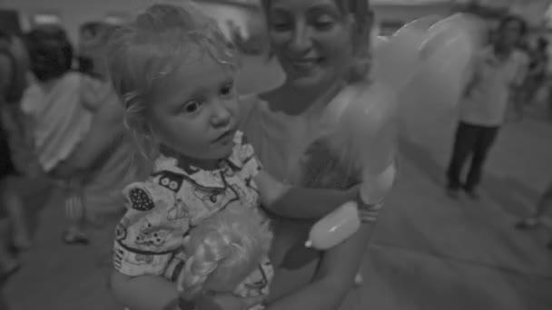 Closeup černé a bílé matka a dcera s obrázek ballon