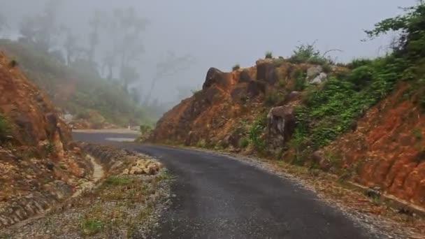 mlhavá horská asfaltové silnici