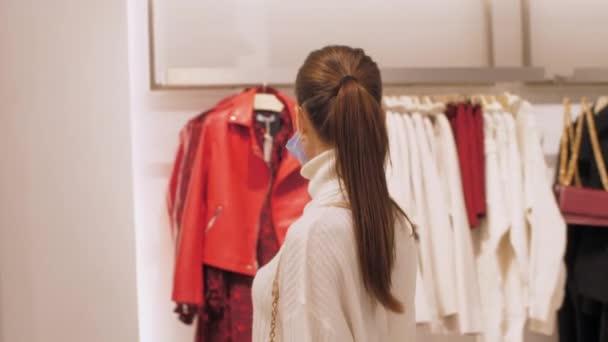 Profesionální nákupčí s culíky procházky v blízkosti oblečení
