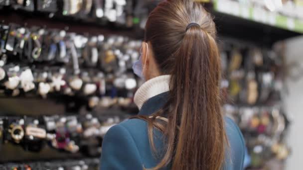 Stylová dáma si vybere sponku do vlasů s drahokamovou dekorací
