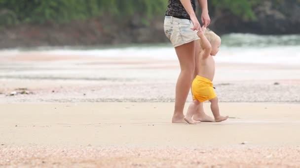 dítě jde za rukojeť s matkou