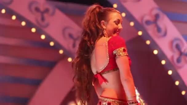 dívka tančí v indických šatech