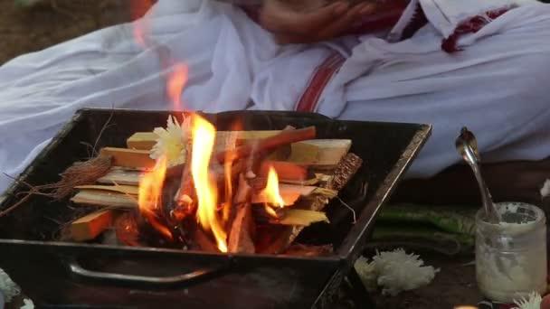 lo sposo mette i bastoni nel fuoco sacro