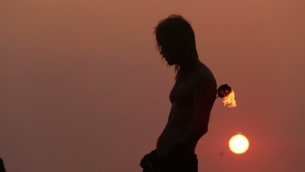 männlicher Künstler mit Feuerpoi