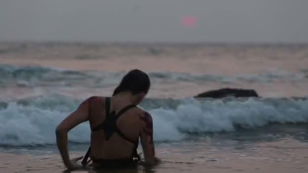 előadók lány tánc akrobatikus mutatványokat a vízben
