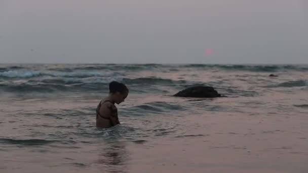 dívka účinkující taneční akrobatická cvičení ve vodě