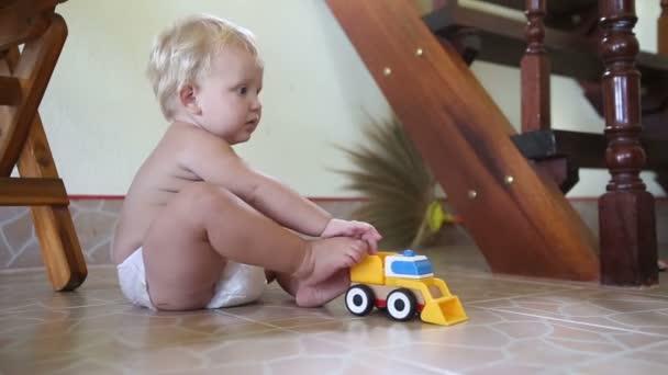dítě hraje s auty