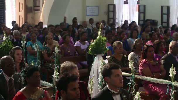 Lidé v kostele na svatbě