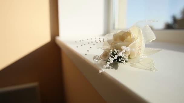 fehér rózsa boutonniere