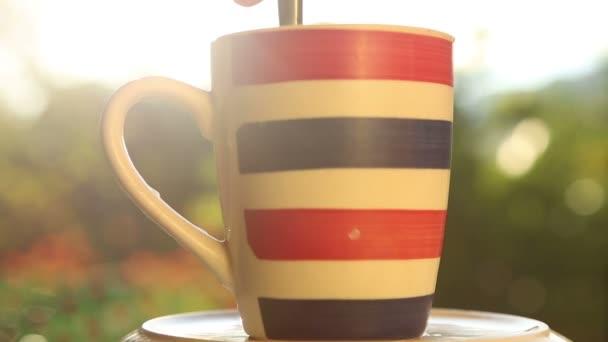 Prokládané šálku s kávou