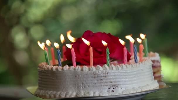 Kuchen mit brennenden Kerzen
