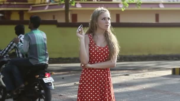 Mädchen posiert auf Straße