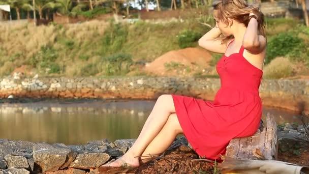 Szép nő, tó közelében