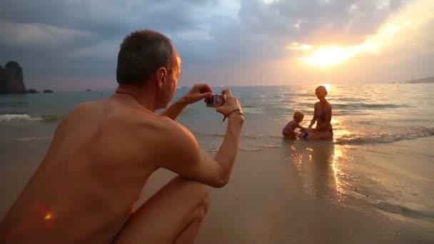 Muž fotografoval rodiny